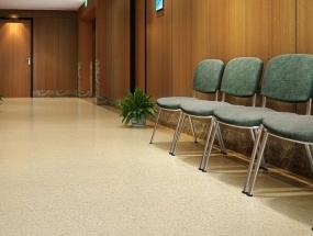 PVC塑胶地板怎么去除施工时的残留胶水呢?